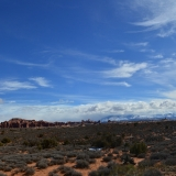 Balanced Rock mit The Windows Section und La Sal Mountains