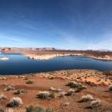 Wahweap Bay mit Navajo Moutain und Kohlekraftwerk im Hintergrund