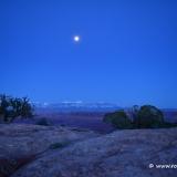 Der Vollmond steht über den La Sal Mountains