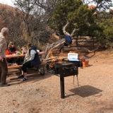 Wir grillieren Hot Dogs im Arches National Park